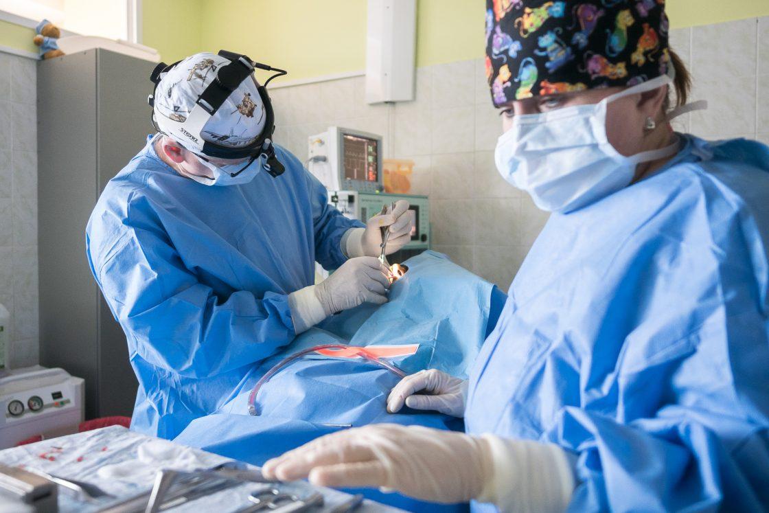 Dr. Radim Kaňa provádějící rhinoseptoplastiku v ORL klinice FortMedica