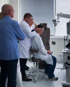 Instalace speciálních přístrojů na vyšetřování závrativých stavů na klinice FortMedica v Modřanech