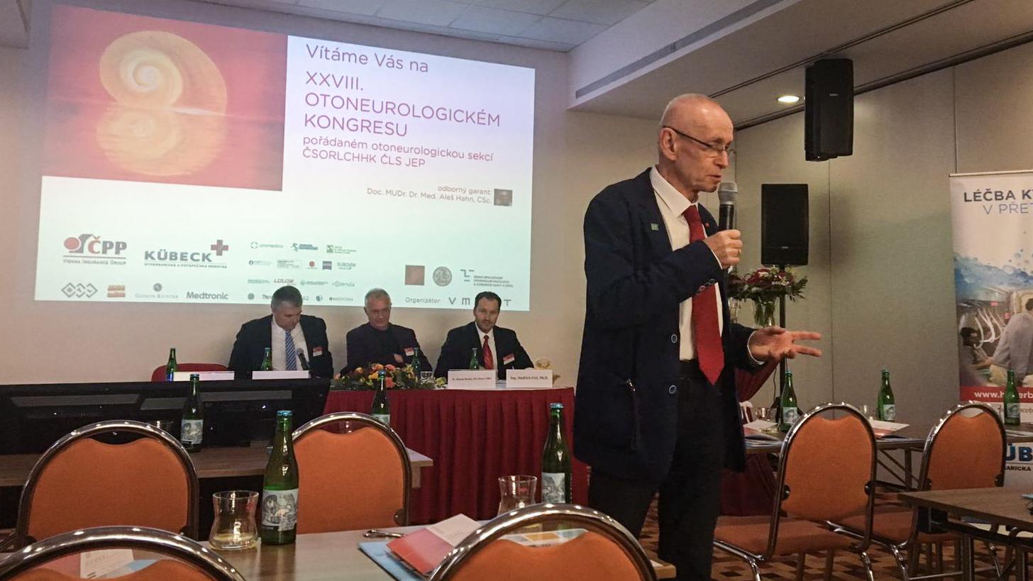 Doc. MUDr. Aleš Hahn přednáší na otoneurologickém kongresu v Praze