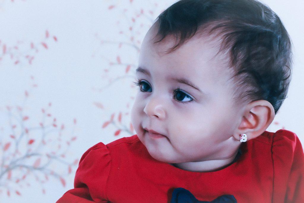 Dítě s náušnicí